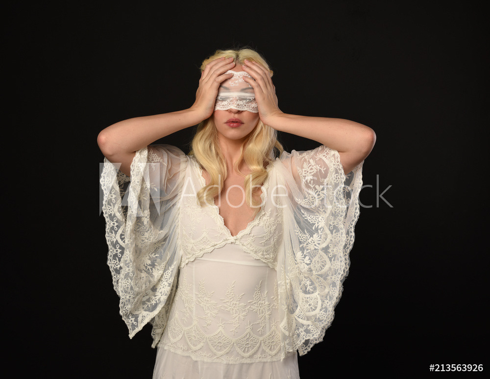 Блондинка в белой сетке вечеринка за городом — pic 10