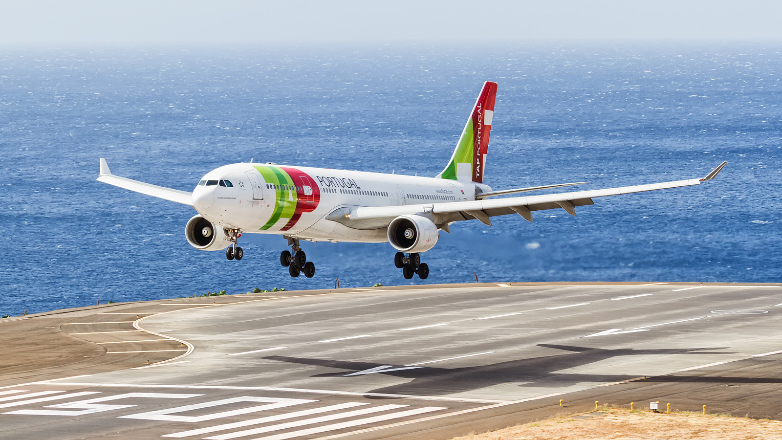 Resultado de imagen para Funchal Airport TAP
